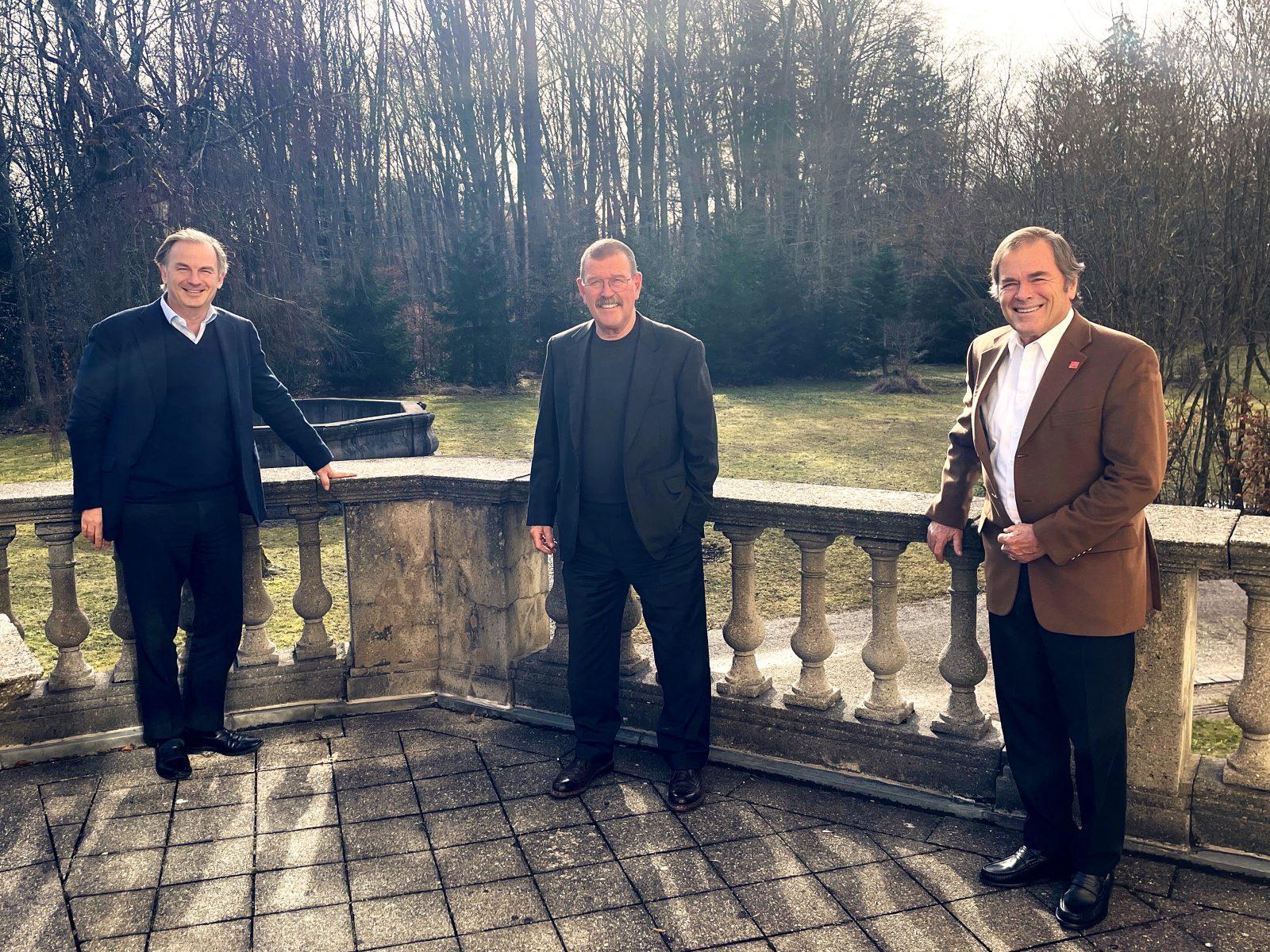 Die beiden trans-o-flex-Gesellschafter Peter Amberger (rechts) und Christoph Schoeller (links) haben den Vertrag mit CEO Wolfgang P. Albeck bis 2024 verlängert.